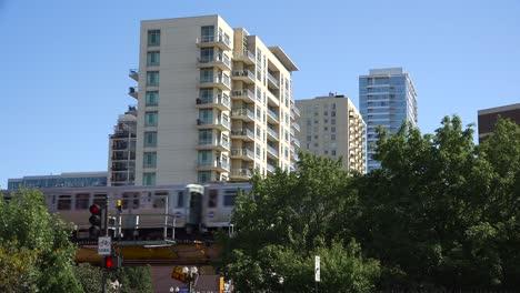 Toma-De-Establecimiento-De-Un-Barrio-En-El-Centro-De-Chicago-Wil-El-Tren-Pasando-3