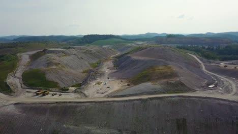 Una-Antena-Sobre-Una-Mina-De-Carbón-De-Extracción-En-La-Cima-De-Una-Montaña-En-Virginia-Occidental