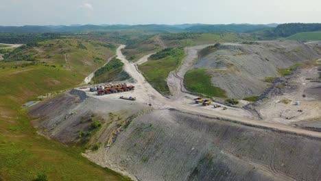 Una-Antena-Sobre-Una-Mina-De-Extracción-De-Carbón-En-La-Cima-De-Una-Montaña-En-West-Virginia-3