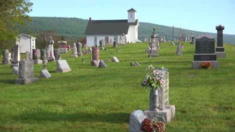 Un-Cementerio-Rural-Tradicional-Con-Iglesia-Blanca-En-Los-Apalaches-De-América