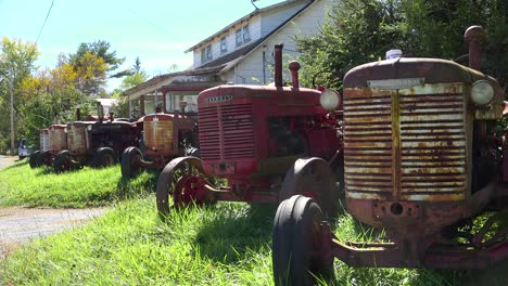 Tractores-Antiguos-Antiguos-Sentarse-En-El-Patio-Delantero-De-Una-Casa-En-Una-Zona-Rural
