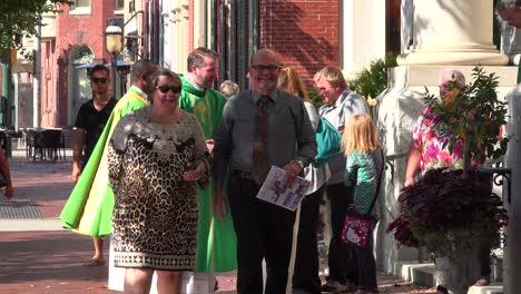 Un-Sacerdote-Saluda-A-Su-Congregación-En-Un-Día-Soleado-En-Las-Calles-De-Harrisburg-Pennsylvania