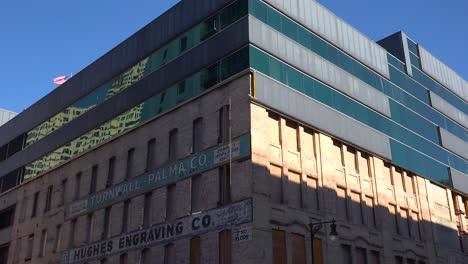 In-Der-Innenstadt-Von-Grand-Rapids-Michigan-Werden-Moderne-Gebäudefassaden-Entfernt-Um-Historische-ältere-Gebäude-Freizulegen-Die-Umgebaut-Und-Restauriert-Werden-Müssen