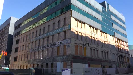 In-Der-Innenstadt-Von-Grand-Rapids-Michigan-Werden-Moderne-Gebäudefassaden-Entfernt-Um-Historische-ältere-Gebäude-Freizulegen-Die-Umgebaut-Und-Restauriert-Werden