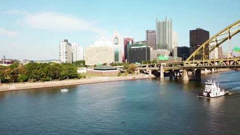 Beautiful-vista-aérea-of-the-Monongahela-Río-to-Pittsburgh-Pennsylvania-downtown-skyline-1