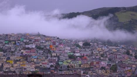 Las-Nubes-Se-Ciernen-Sobre-Los-Tejados-Y-Las-Laderas-De-Quito-Ecuador-1