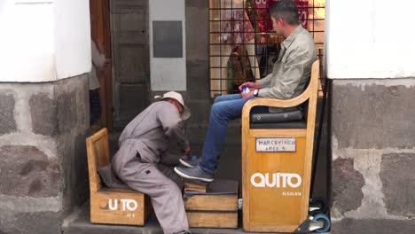 Un-Hombre-Tiene-Zapatos-Lustrados-En-Las-Calles-De-Quito-Ecuador
