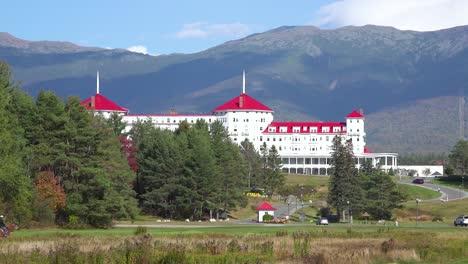Los-Caballos-Y-Jinetes-Pasan-Enfrente-Del-Mt-Washington-Resort-Lodge-En-New-Hampshire