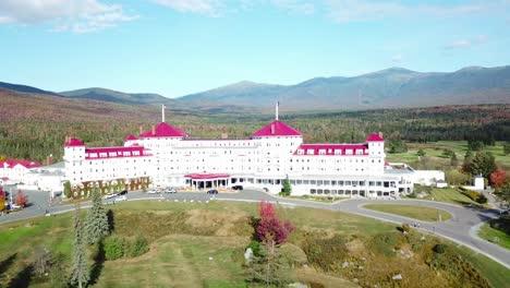 Una-Antena-Sobre-El-Imponente-Hotel-De-Lujo-Mt-Washington-Resort-Lodge-En-New-Hampshire-1