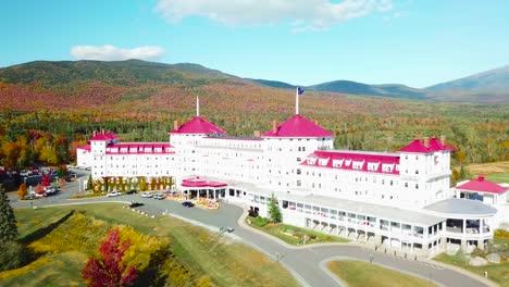 Una-Antena-Sobre-El-Imponente-Hotel-De-Lujo-Mt-Washington-Resort-Lodge-En-New-Hampshire-2
