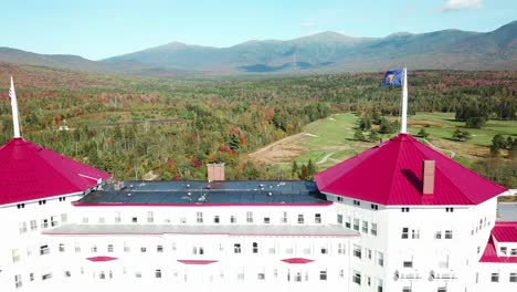 Una-Antena-Sobre-El-Imponente-Hotel-De-Lujo-Mt-Washington-Resort-Lodge-En-New-Hampshire-4