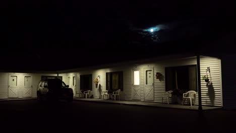 Toma-De-Establecimiento-De-Un-Motel-De-Carretera-Bajo-La-Luna-Llena-Por-La-Noche-3