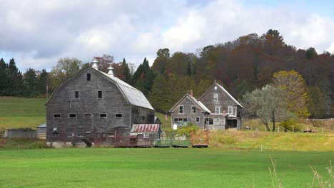A-pretty-old-barn-and-farmhouse-in-rural-Vermont