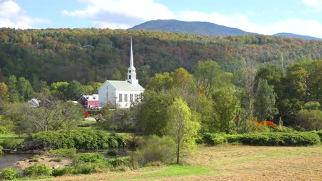 Time-lapse-of-the-church-and-steeple-at-Stowe-Vermont-perfectly-captures-small-town-America-or-New-England-beauty