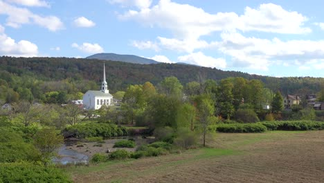 Time-lapse-of-the-church-and-steeple-at-Stowe-Vermont-perfectly-captures-small-town-America-or-New-England-beauty-1