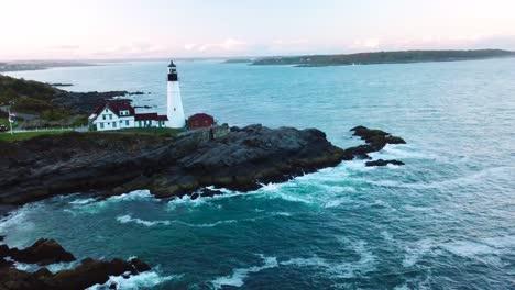 Tolle-Luftaufnahme-über-Dem-Leuchtturm-Von-Portland-Head-Schlägt-Americana-Oder-Schöne-Landschaft-Von-New-England-Vor