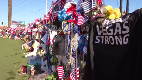 2017:-Miles-De-Velas-Y-Letreros-Forman-Un-Memorial-Improvisado-En-La-Base-Del-Letrero-De-Bienvenida-A-Las-Vegas-Después-Del-Peor-Tiroteo-Masivo-En-Estados-Unidos-17