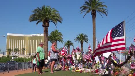 2017:-Miles-De-Velas-Y-Letreros-Forman-Un-Memorial-Improvisado-En-La-Base-Del-Letrero-De-Bienvenida-A-Las-Vegas-Después-Del-Peor-Tiroteo-Masivo-En-Estados-Unidos-18