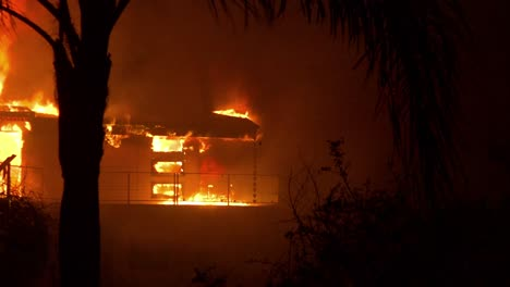 Desplácese-Para-Revelar-Una-Casa-En-Llamas-Durante-La-Noche-Durante-El-Incendio-De-Thomas-De-2017-En-El-Condado-De-Ventura-California-1