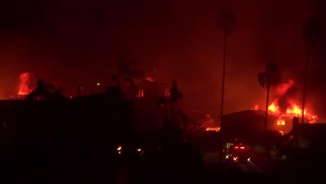 Casas-Arden-En-Todas-Las-Laderas-En-Un-Infierno-Por-La-Noche-Durante-El-Incendio-De-Thomas-2017-En-El-Condado-De-Ventura-California-1