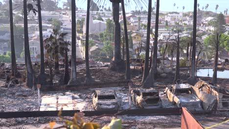 Los-Restos-Destruidos-De-Un-Vasto-Complejo-De-Apartamentos-Con-Vistas-A-La-Ciudad-De-Ventura-Tras-El-Incendio-De-Thomas-De-2017-1