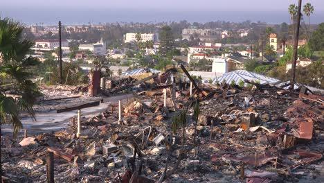 Los-Restos-Destruidos-De-Un-Vasto-Complejo-De-Apartamentos-Con-Vistas-A-La-Ciudad-De-Ventura-Tras-El-Incendio-De-Thomas-De-2017-3