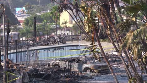Los-Restos-Destruidos-De-Un-Vasto-Complejo-De-Apartamentos-Y-Vehículos-Carbonizados-Con-Vistas-A-La-Ciudad-De-Ventura-Tras-El-Incendio-De-Thomas-De-2017-2
