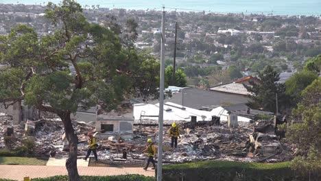 Los-Bomberos-Inspeccionan-Los-Restos-Carbonizados-De-Una-Casa-Tras-El-Incendio-De-Thomas-De-2017-En-El-Condado-De-Ventura-California