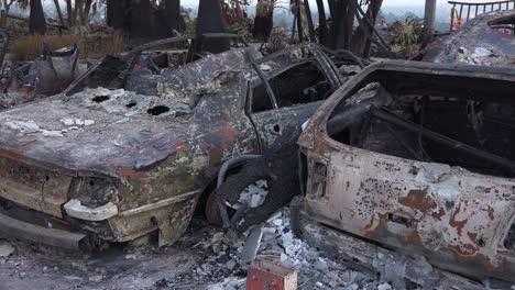 Coches-Quemados-Arden-Sin-Llama-Al-Atardecer-Junto-A-Una-Casa-En-La-Ladera-Tras-El-Incendio-De-Thomas-2017-En-El-Condado-De-Ventura-California-2