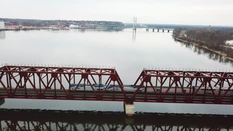 Un-Tren-De-Pasajeros-Cruza-Un-Puente-Levadizo-Sobre-El-Río-Mississippi-Cerca-De-Burlington-Iowa-