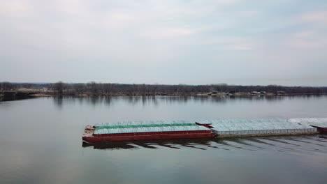 Antena-De-Una-Barcaza-De-Carbón-Subiendo-Por-El-Río-Mississippi-Cerca-De-Burlington-Iowa