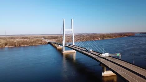 Antena-De-Un-Puente-Colgante-Que-Cruza-El-Río-Mississippi-Cerca-De-Burlington-Iowa-Sugiere-Infraestructura-Americana-3