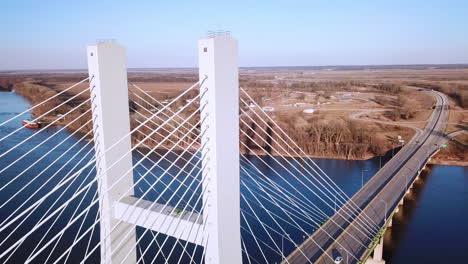 Antena-De-Un-Puente-Colgante-Que-Cruza-El-Río-Mississippi-Cerca-De-Burlington-Iowa-Sugiere-Infraestructura-Americana-4
