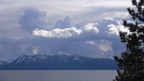Wunderschöner-Zeitraffer-Von-Gewitterwolkenformationen-Die-Hinter-Dem-Schneebedeckten-Mt-Tallac-Und-Der-Trostlosen-Wildnis-In-Der-Nähe-Von-Lake-Tahoe-Kalifornien-Aufsteigen-1
