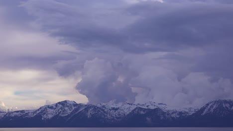 Wunderschöner-Zeitraffer-Von-Gewitterwolkenformationen-Die-Hinter-Dem-Schneebedeckten-Mt-Tallac-Und-Der-Trostlosen-Wildnis-In-Der-Nähe-Von-Lake-Tahoe-Kalifornien-Aufsteigen-2