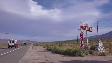 Un-Viejo-Motel-Rústico-Abandonado-O-En-Ruinas-A-Lo-Largo-De-Una-Carretera-Rural-En-América