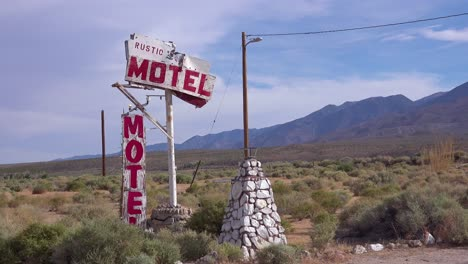 An-abandoned-or-rundown-old-rustic-motel-sign-along-a-rural-road-in-America
