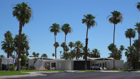 Establishing-shot-of-a-classic-mid-century-modern-deco-style-home-in-Palm-Springs-California
