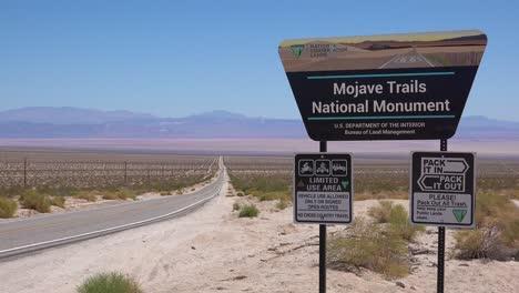 Un-Cartel-Da-La-Bienvenida-A-Los-Visitantes-Al-Monumento-Nacional-De-Los-Senderos-De-Mojave-