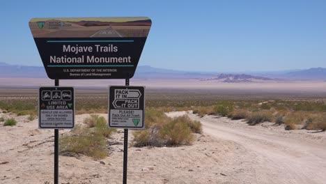 Un-Cartel-Da-La-Bienvenida-A-Los-Visitantes-Al-Monumento-Nacional-1-De-Los-Senderos-De-Mojave