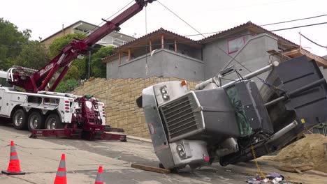 Un-Camión-Volquete-Se-Vuelca-Durante-Un-Accidente-En-Un-Sitio-De-Construcción-3