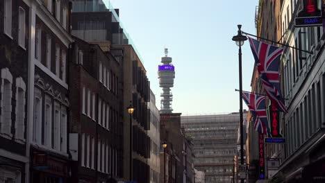Establecimiento-De-Tiro-De-Una-Calle-De-Londres-Con-BT-Tower-En-La-Distancia