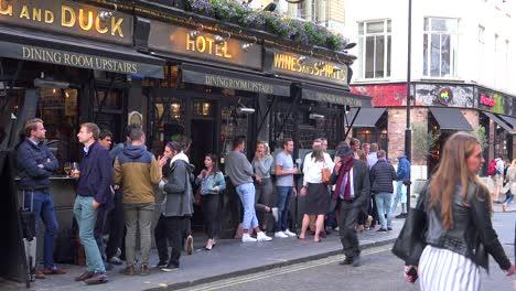 Los-Lugareños-Toman-Una-Copa-En-Un-Pub-Después-Del-Trabajo-En-El-Centro-De-Londres-Inglaterra