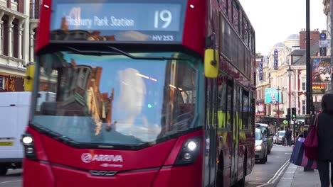 Autobús-De-Dos-Pisos-Pasando-Por-El-Distrito-De-Los-Teatros-De-Londres