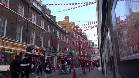 Toma-De-Establecimiento-De-Una-Calle-En-El-Barrio-Chino-De-Londres-Incluye-Apartamentos-Y-Negocios-Para-Peatones-1