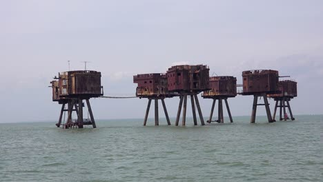 The-Maunsell-Forts-old-World-War-two-structures-stand-rusting-on-stilts-in-the-Thames-Río-Estuary-in-England