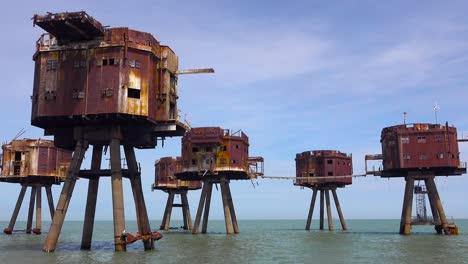 Las-Fortalezas-De-Maunsell-La-Antigua-Guerra-Mundial-Dos-Estructuras-Se-Oxidan-Sobre-Pilotes-En-El-Estuario-Del-Río-Támesis-En-Inglaterra-1