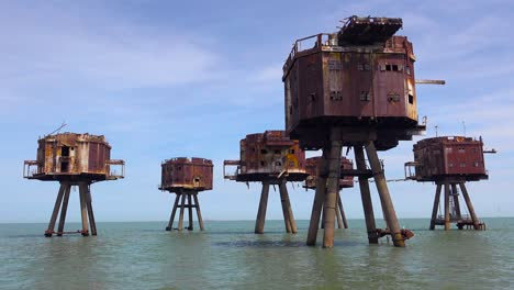 The-Maunsell-Forts-old-World-War-two-structures-stand-rusting-on-stilts-in-the-Thames-Río-Estuary-in-England-2