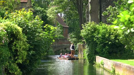 Boote-Werden-Einen-Kanal-In-Canterbury-Kent-England-Hinuntergerudert-