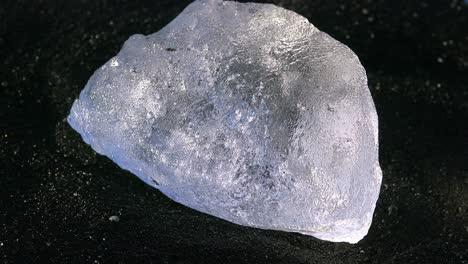 Icebergs-Se-Sientan-En-La-Playa-De-Diamantes-De-Arena-Negra-Jokulsarlon-En-El-ártico-Islandia-Pulidos-Y-Relucientes-Como-Joyas-4
